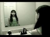 Девочка перед зеркалом..